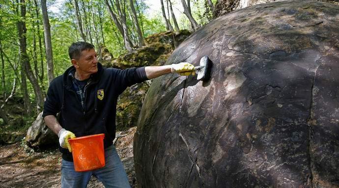 В Боснии нашли древний каменный шар огромных размеров