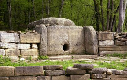 Тайна земных саркофагов: кого хоронили в гигантских гробницах?