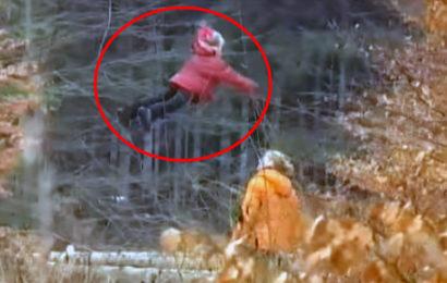 Летающая девочка в российском лесу