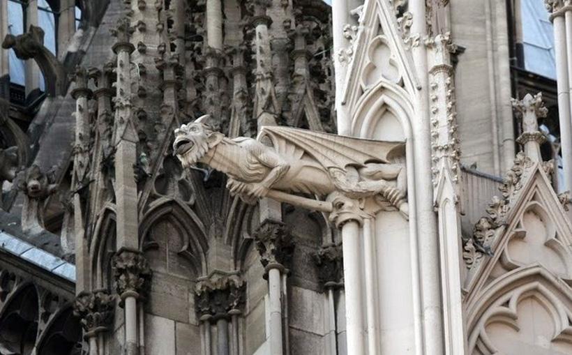 Горгулья собора Нотр-Дам в Париже