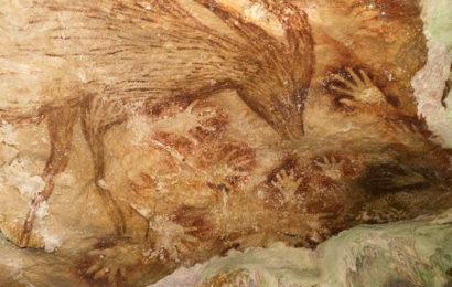 Наскальная живопись в индонезийской пещере