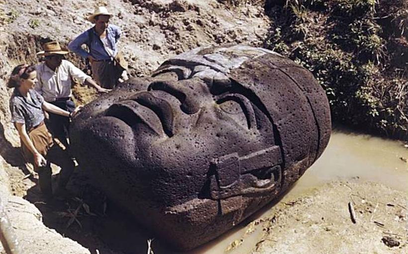 Каменная голова в стиле ольмеков