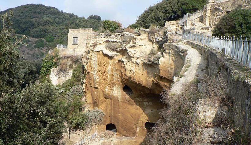 Руины древнего города Кумы