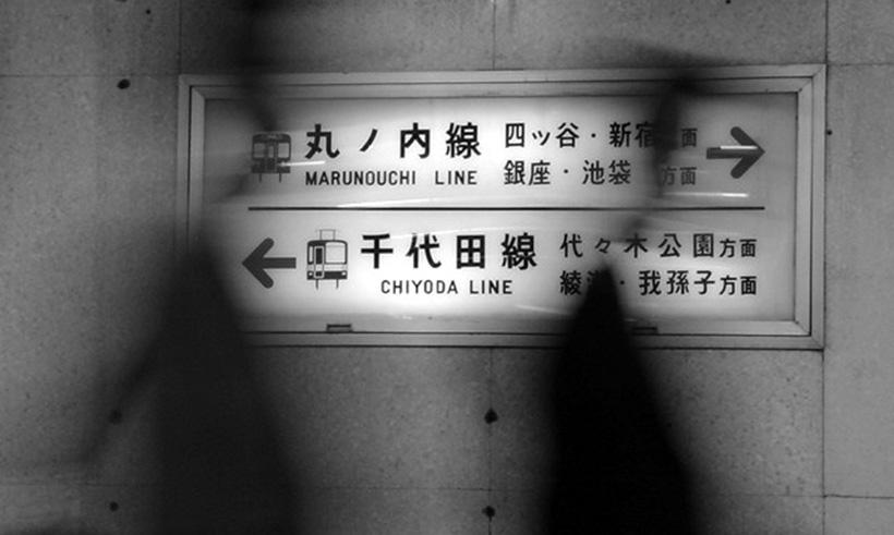 Тени на перроне токийского метро