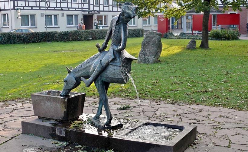 Памятник барону Мюнхгаузену в Боденвердере