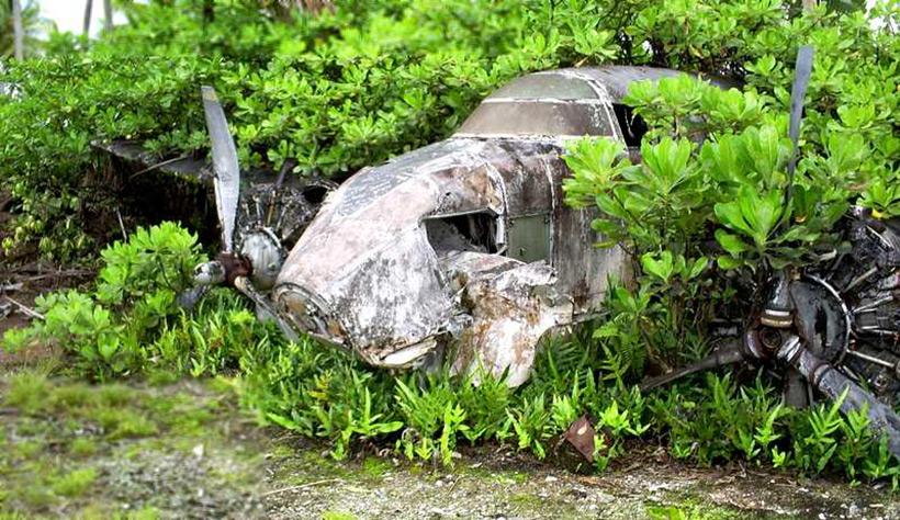 Американский самолет времен Второй мировой войны в зарослях острова Купер