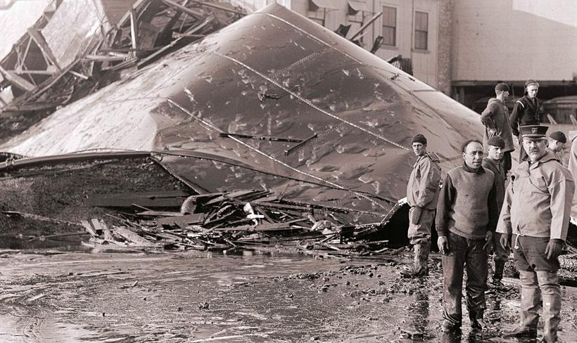 Резервуар с мелассой после взрыва
