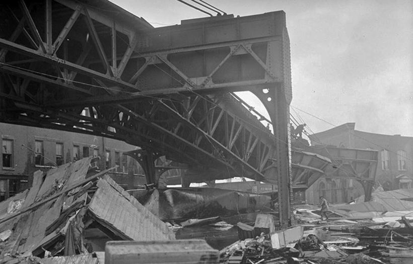 Разрушенная эстакада железнодорожного пути