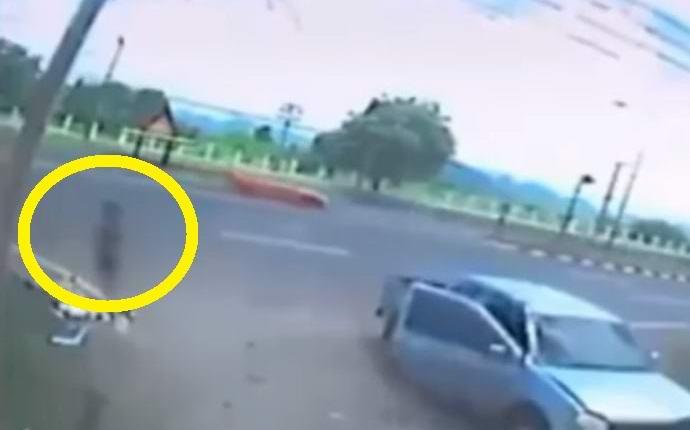 В Тайланде на камеру попала душа, покинувшая тело разбившегося мотоциклиста