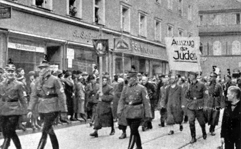 СС эскортируют евреев в Дахау