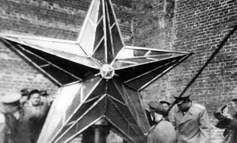 Перед подъемом отреставрированной звезды на Троицкую башню