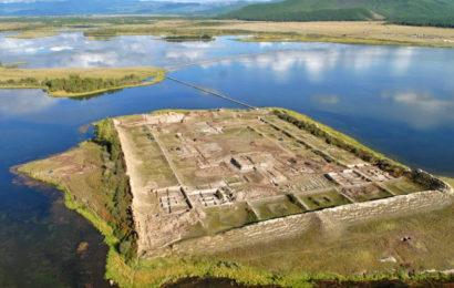 Пор-Бажын — крепость посреди озера