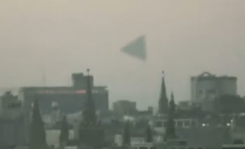 Два видео о пирамидальном НЛО над московским Кремлём в 2009 году