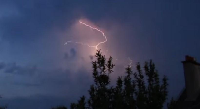 Объекты проявились в небе от молний над Монт Валерьен в 2014 году