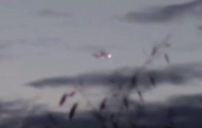 НЛО маскируется в облаке в небе над Парижем
