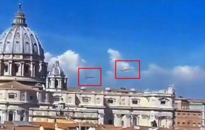 Два сигарообразных НЛО зависли над кафедральным собором в Ватикане