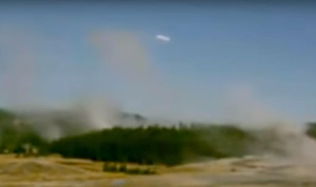 В Йеллоустоуне над гейзером камера зафиксировала НЛО