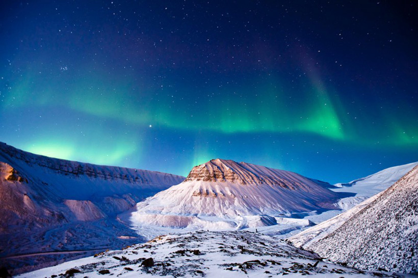 Svalbard, Норвегия. Aurora Borealis на фоне карьера