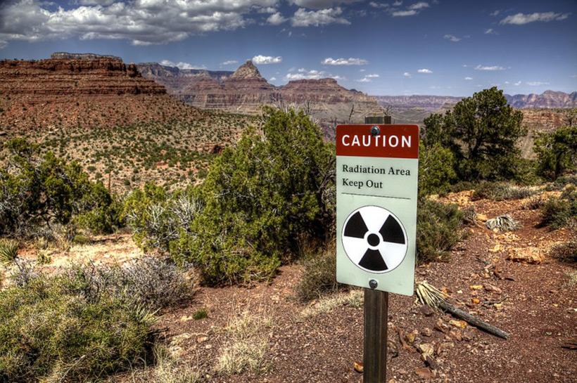 Таблички с предупреждением о радиации в Гранд Каньоне