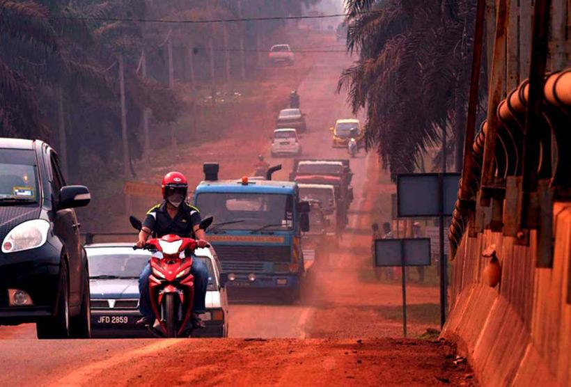 Kuantan bauxite road red. Красная бокситовая дорога в Куантан, Малайзия