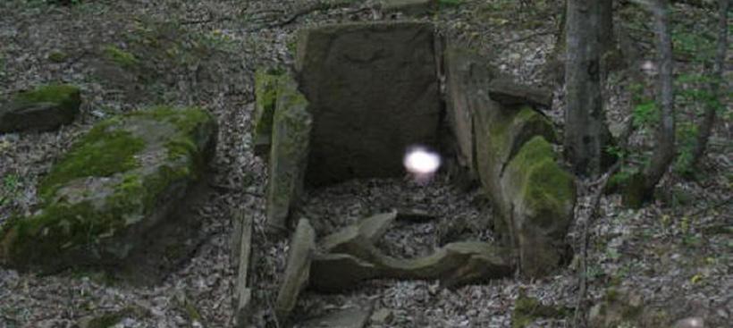 Одиночный плазмоид вблизи культового сооружения